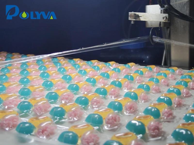 博维高速凝珠包装机正在生产新款粉液混合腔凝珠,这种添加了固体留香珠的混合珠,在去污的同时能做到持久留香。