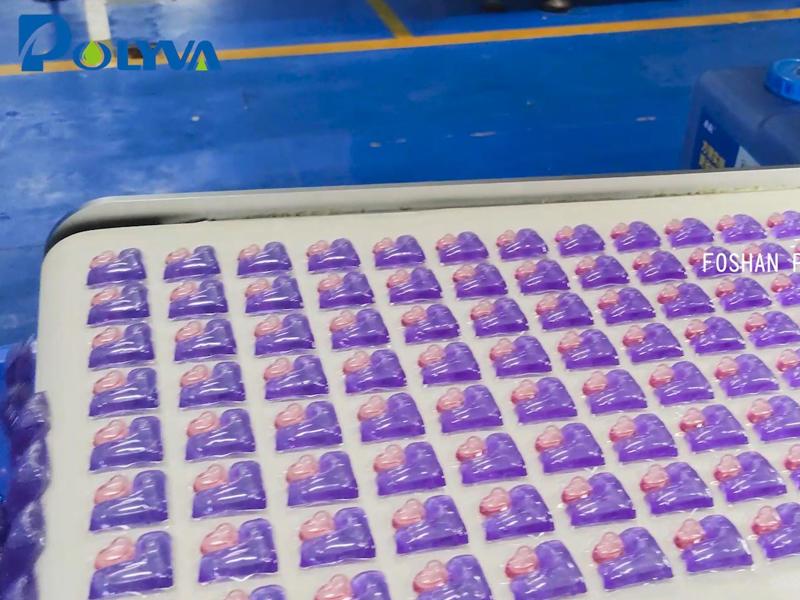 博维高速凝珠包装机正在生产L+心多腔洗衣凝珠